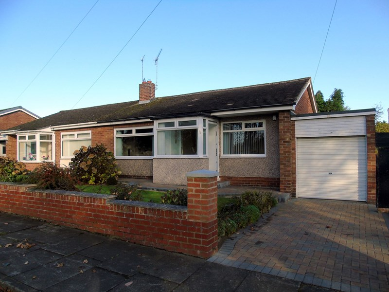 3 Bedrooms Bungalow for sale in St. Aidans Crescent, Morpeth, Northumberland, NE61 2UP