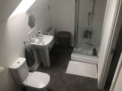 Image of Large En Suite To Master Bedroom